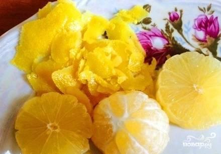1. Тщательно помойте цитрусовые. Затем снимите цедру с лимона. Делайте это аккуратно, чтобы беленькая шкурка лимона не попала вместе с желтой частью цедры. Дальше лимон полностью очистите от белой части шкурки. Из мякоти выдавите сок (или измельчите все при помощи блендера. Предварительно удалите косточки.