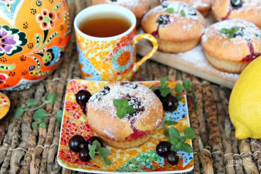 Готовые маффины остужаем и посыпаем сахарной пудрой. Приятного чаепития!