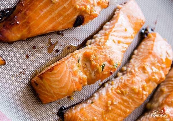 4. Выложите кусочки рыбки на противень и отправьте в разогретую духовку. Запекайте минут 15, чтобы не пересушить семгу.