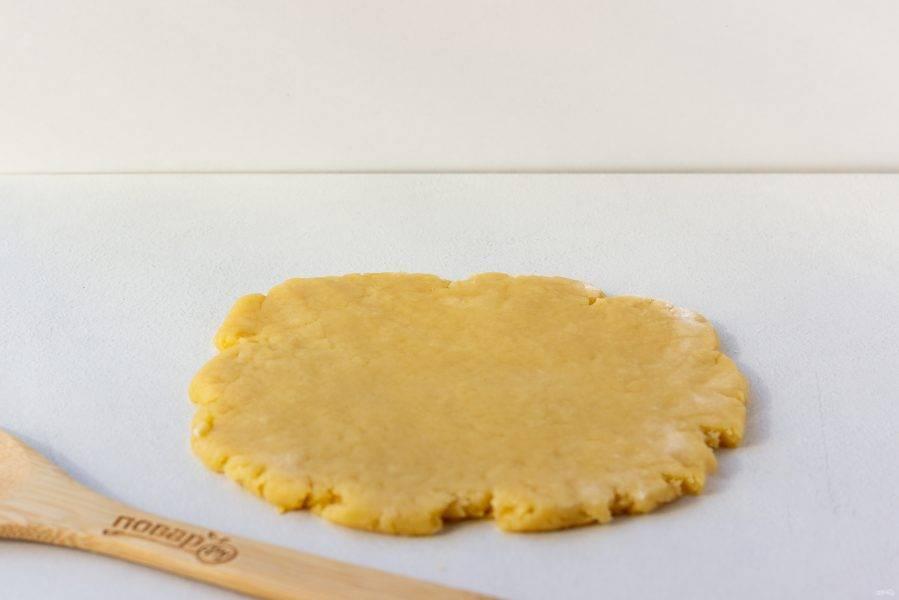 Затем разделите тесто на несколько частей. Раскатайте каждую часть толщиной 0,5 см.