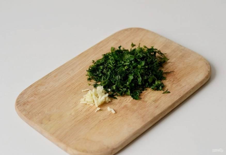 Мелко порубите очищенный чеснок и зелень ножом.