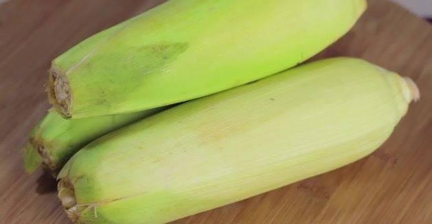 1. Для начала необходимо правильно выбрать кукурузу. Початки должны быть хорошо созревшими, но не слишком жесткими.
