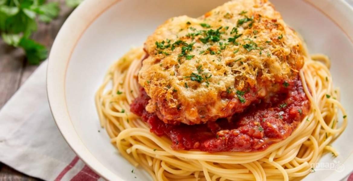 10.Отварите спагетти в подсоленной воде, откиньте на сито. Выложите их на тарелку, затем курицу с соусом. Подавайте блюдо, украсив свежей петрушкой.