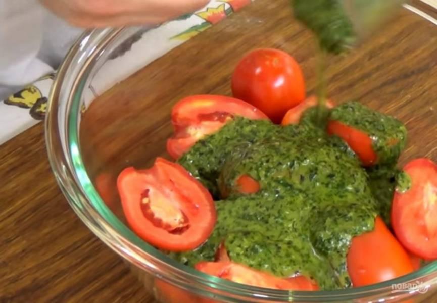2.  Помидоры залейте маринадом и хорошо перемешайте. Переместите помидоры в банку, накройте ее крышкой, переверните и поставьте в холодильник на 12 часов.