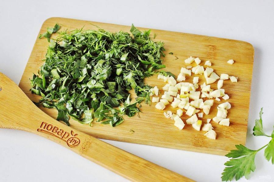 Варите суп на небольшом огне до полной готовности всех ингредиентов. В конце добавьте соль по вкусу, зелень и измельченный чеснок. Борщ с перловкой готов.