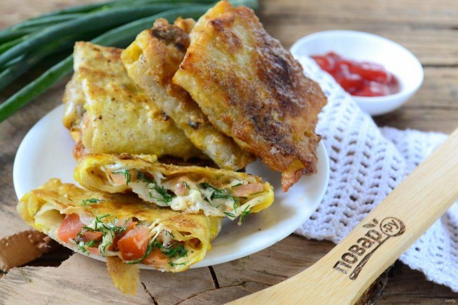 Конвертики из лаваша с сыром и помидорами готовы. Подавать можно как горячими, так и охлажденными. Кушайте с удовольствием!