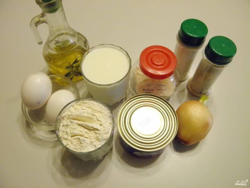 Подготовьте продукты для пирога. Консерву откройте, сцедите с неё лишнюю жидкость. Очистите и вымойте луковицу.