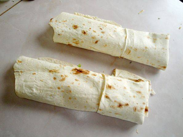 Заворачиваем шаурму трубочкой и подогреваем с двух сторон на сковороде, без масла. Приятного аппетита!