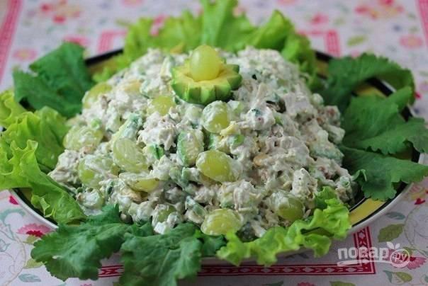 7. В отдельной миске смешиваю майонез, сметану и лимонный сок, заправляю приготовленной смесью салат, подаю его к столу.