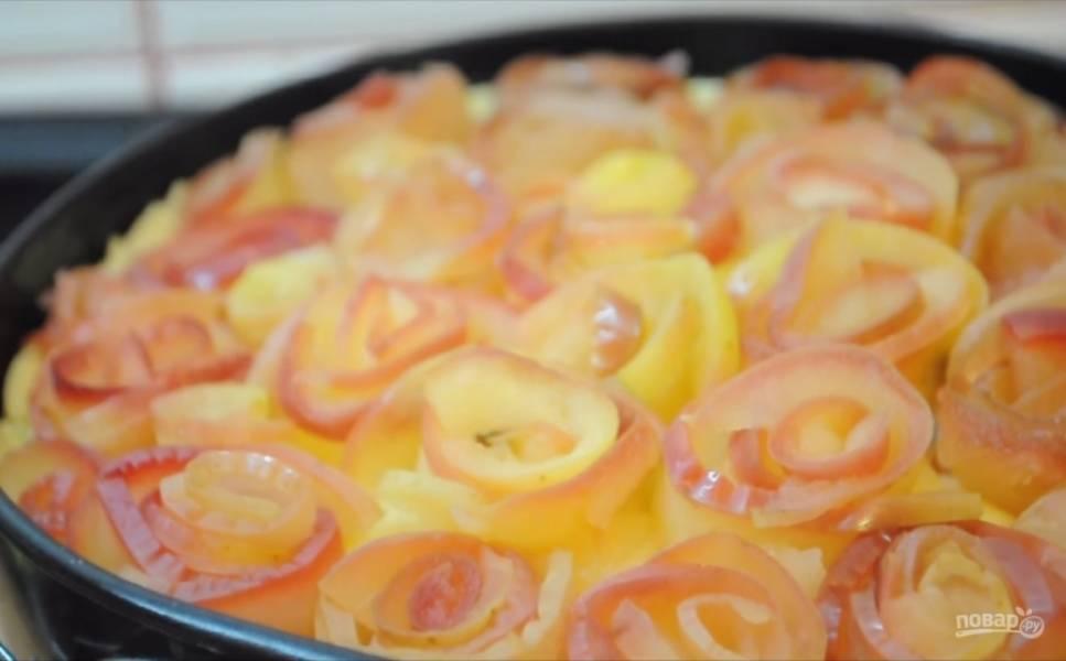6. Залейте крем в готовый корж. Слейте воду с яблок и дайте им остыть. Аккуратно сворачивая каждую дольку яблок и заворачивая ее вокруг предыдущей дольки, сделайте розы из яблок. Украсьте ими торт.