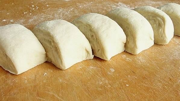 6. Тем временем превратить картофель в пюре и соединить с жаренными грибами. Как следует перемешать начинку и остудить. От теста отделить небольшой кусочек, что пожарить первую сковороду пирожков.