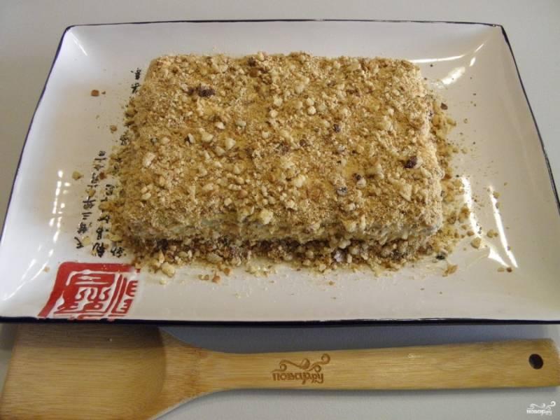 Щедро обсыпьте тортик, отправьте его в холодильник на 3-4 часа, а лучше на целую ночь. Мой тортик через 4 часа был уже полностью готов. Нежный, сладкий, с ароматом жареных орехов! Пробуйте!