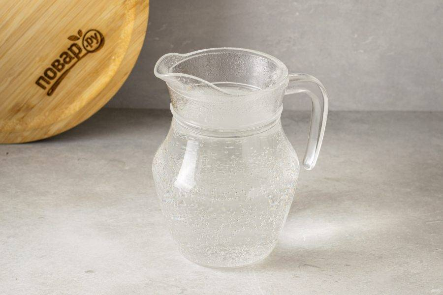 Смешайте воду с содой и лимонной кислотой.
