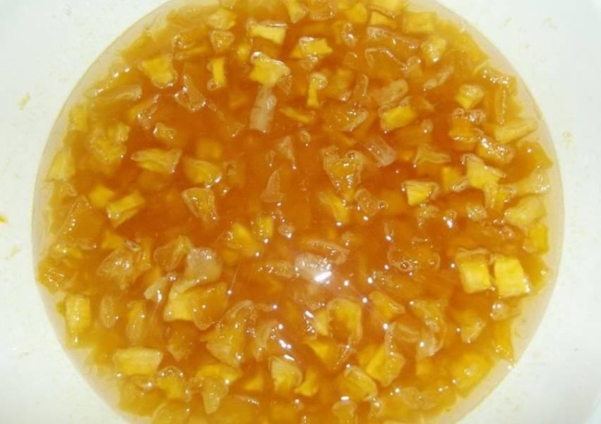 Затем мы ставим миску с тыквой и апельсином на огонь и варим их на медленном огне в течение 40-60 минут после закипания.