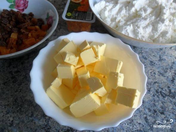 2. Размягченное сливочное масло нарежьте кубиками и тоже разомните вилкой.