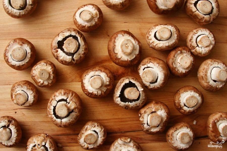 1. Выложить сушеные грибы в миску и залить ½ чашки воды, накрыть пластиковой крышкой, с помощью ножа сделать 5 отверстий в крышке и нагреть миску в микроволновой печи в течение  30 секунд. Отставить в сторону на 10 минут, чтобы грибы размягчились. Достать грибы из воды, просушить и пропустить через мясорубку. Мелко нарезать лук, морковь и чеснок. Нарезать грибы кремини на ломтики толщиной 8 мм.