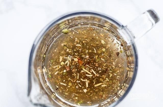 1. Начните с приготовления заправки. Соедините оливковое масло, сок лимона, уксус, измельченный чеснок, соль, перец и орегано. Перемешайте. Вымойте курицу, полейте небольшим количеством заправки и оставьте на полчаса.