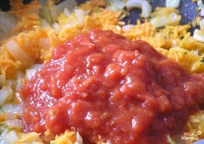 Затем к овощам добавьте измельченные томаты. Перемешайте и томите ещё 3 минуты.
