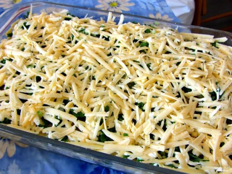 Смазываем противень маслом. Выкладываем в него нашу рыбку. Посыпаем ее сверху тертым сыром и зеленью. Ставим в духовку на час при температуре в 150 градусов.