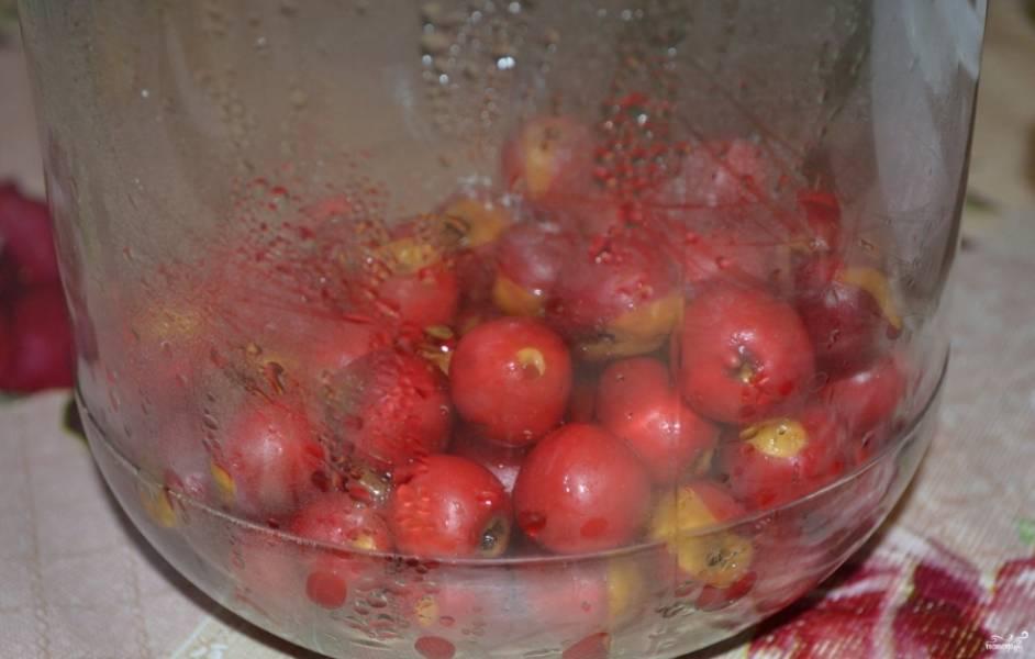 1.Ягоды боярышника хорошо промойте. Стеклянную банку (у меня на 3 литра) хорошенько вымойте и простерилизуйте. Выложите в нее ягоды.