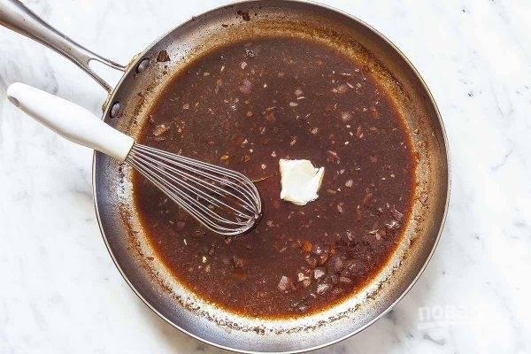 2.Переложите отбивные в тарелку и накройте фольгой, сковородку обратно поставьте на огонь и добавьте мелко нарезанный лук, обжаривайте его 45 секунд. Влейте в сковороду гранатовый сок, мед, уксус, тимьян, готовьте все 5-7 минут. Уберите тимьян и добавьте холодное сливочное масло, хорошенько взбейте венчиком.