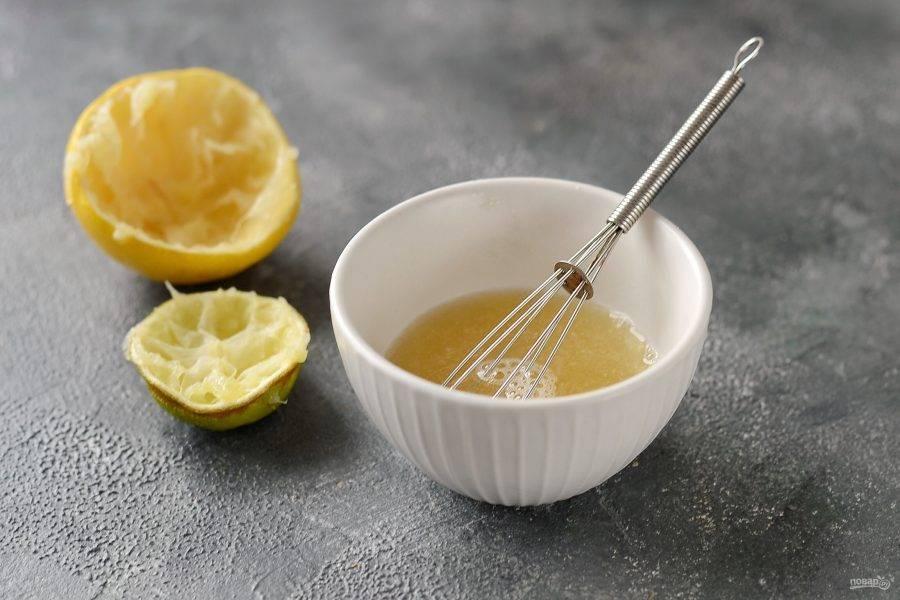Из лимона и лайма выжмите сок. Добавьте сироп топинамбура, перемешайте.