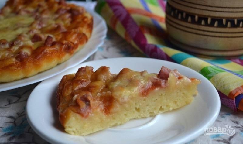 10.Готовую пиццу достаньте из духовки и оставьте на 5-10 минут, а затем нарезайте кусочками и подавайте.