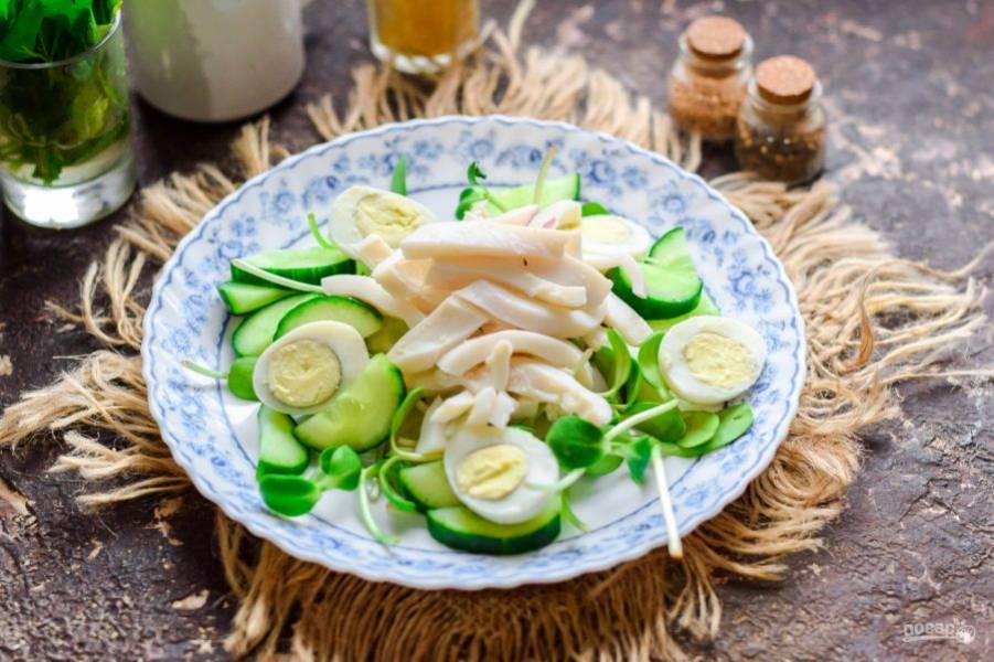 Кальмар нарежьте полосками и переложите в салат. Вот и все, посолите и приправьте перцем, сбрызните маслом и лимонным соком, подавайте к столу.