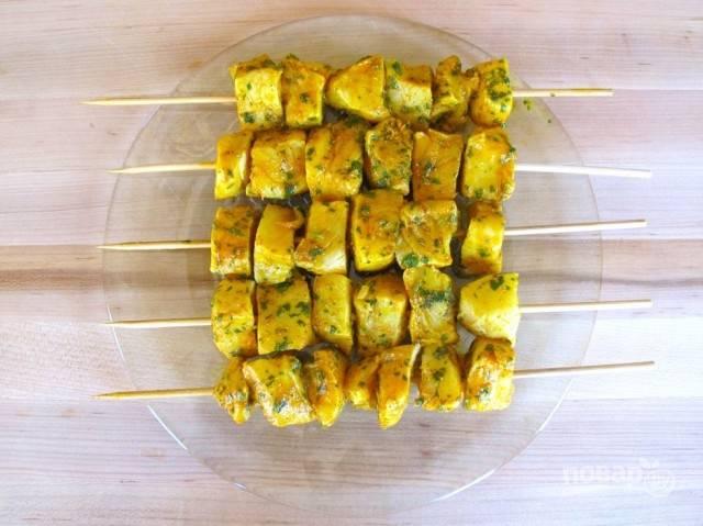 3.Достаньте рыбку из холодильника и распределите кусочки между 5 шампурами.