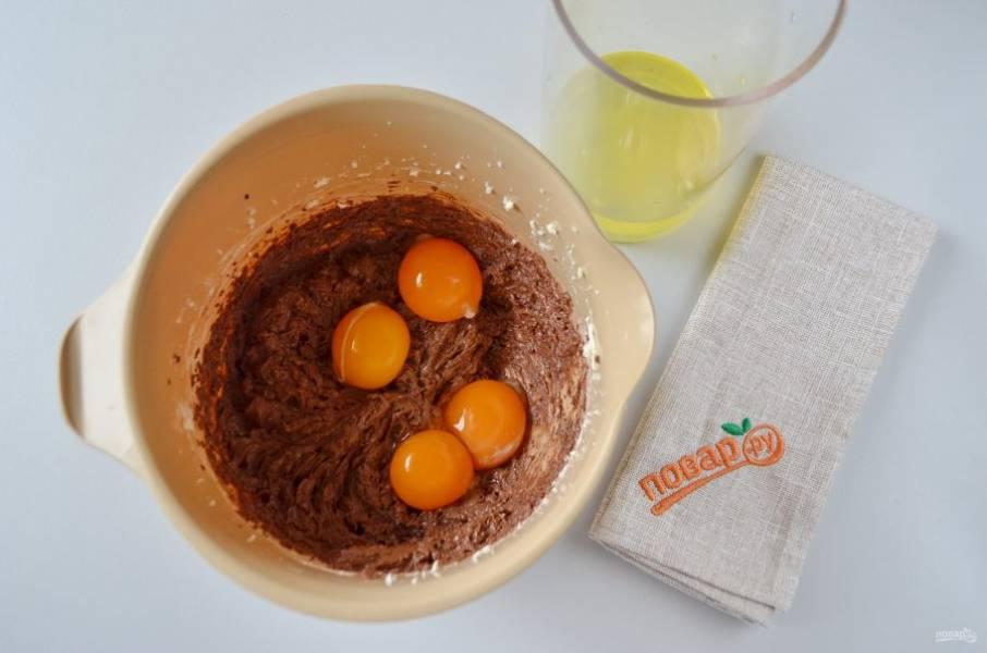 6. Отделите желтки от белков. Желтки взбейте с шоколадно-масляной смесью, а белки — до устойчивы пиков, в процессе добавьте сахар.
