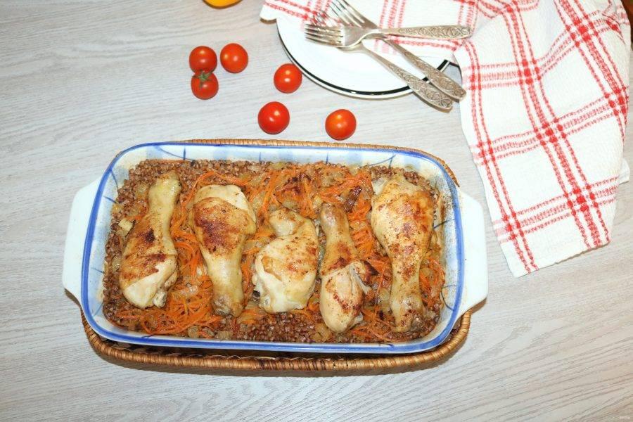 Приготовленные куриные ножки с гречкой подавайте горячими.