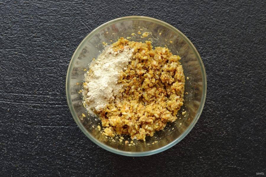 Добавьте в миску рис, соль и специи, хорошенько перемешайте. Затем добавьте глютен и ещё раз перемешайте.