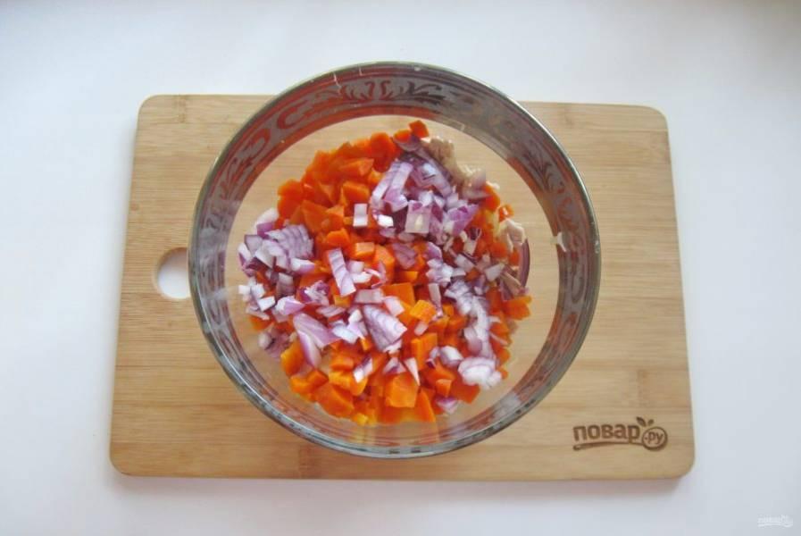 5. Красный или фиолетовый лук очистите, помойте и нарежьте мелко, выложите в салатник.
