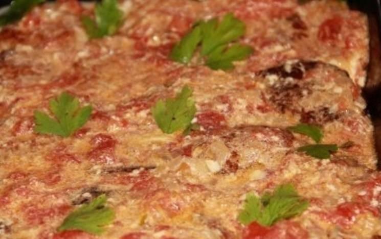В посуду для запекания выложите котлеты, залейте томатным соусом. Накройте фольгой и поставьте в духовку на 30 минут при 180 градусах.