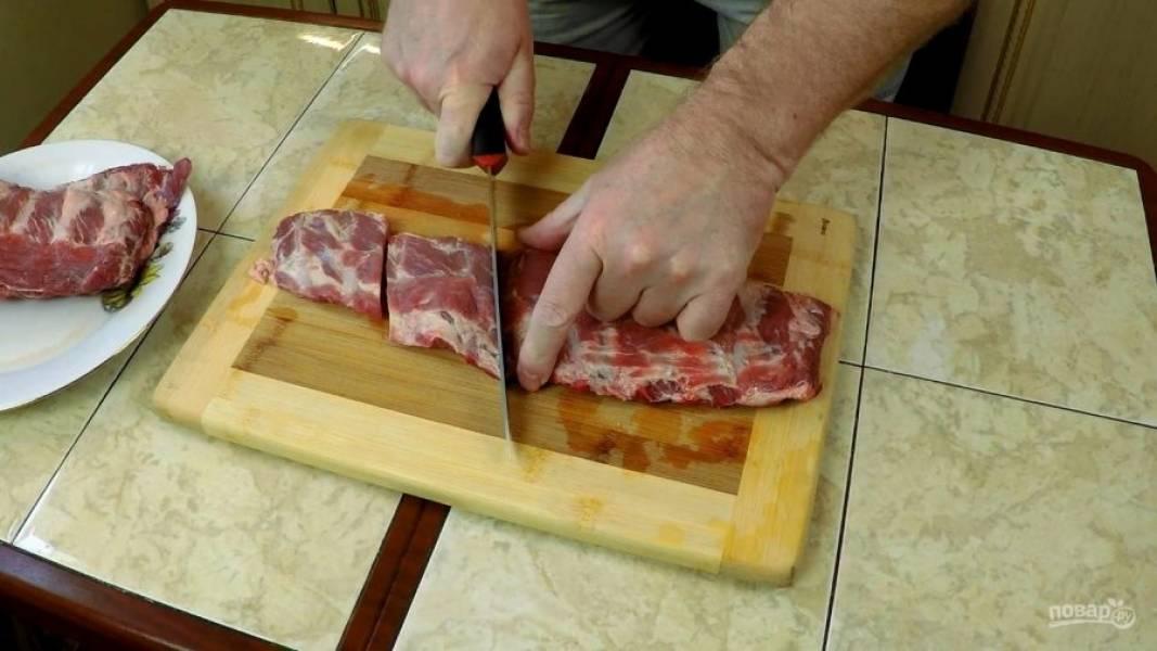 Ленты рёбрышек нарежьте кусочками по 2-4 косточки.