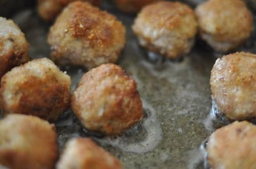 4. На сковороду налить немного растительного масла и отправить туда биточки. Обжарить их на среднем огне до хрустящей корочки.