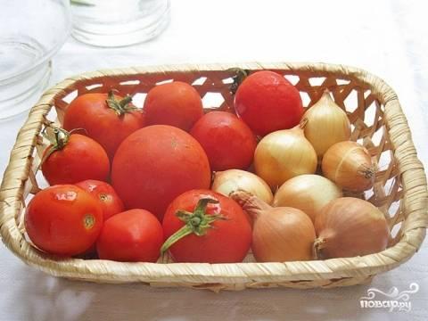 Подготовить помидоры и небольшие луковички.