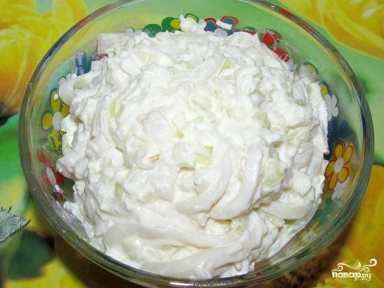 10. Заправьте салат майонезом и снова перемешайте. Салат готов к подаче. Приятного аппетита!