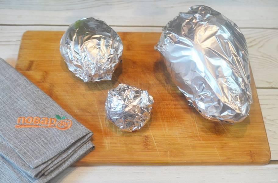 2. Заверните в фольгу и запекайте в разогретой до 180 градусов духовке до готовности, около 45 минут.