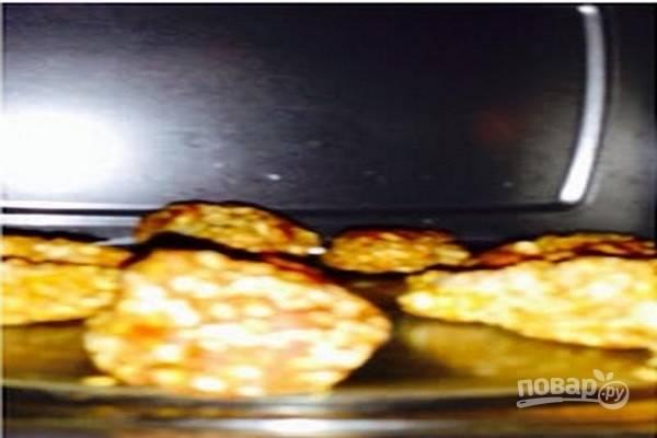 Кусочки курицы выложите на поворотный столик микроволновки, слегка смазанный маслом, и запекайте 7 минут на максимальной мощности (750 Вт).