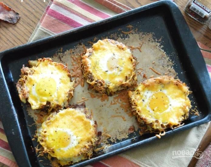 Запекайте бутербродики минут 10, чтобы яйцо приготовилось и сыр расплавился.