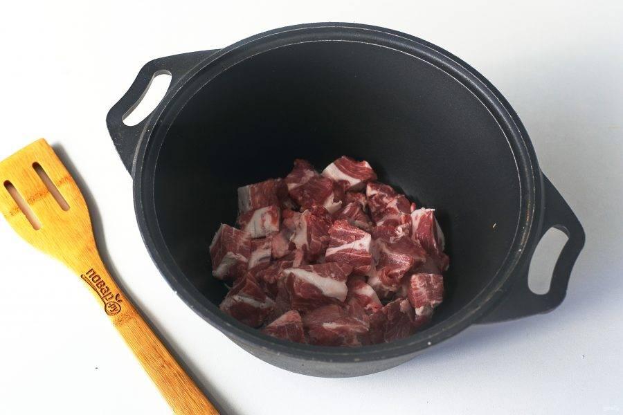 В казан или любую посуду с толстым дном налейте масло, наколите его и положите нарезанное кусочками мясо. Мясо можно взять абсолютно любое, у меня сегодня свинина.