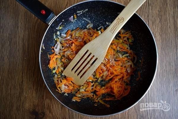 Разогрейте масло на сковороде, пассеруйте измельченные лук и морковь до мягкости, снимите с огня.