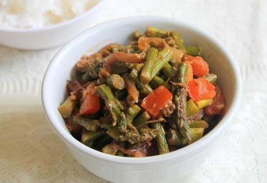Тушеная спаржа с овощами