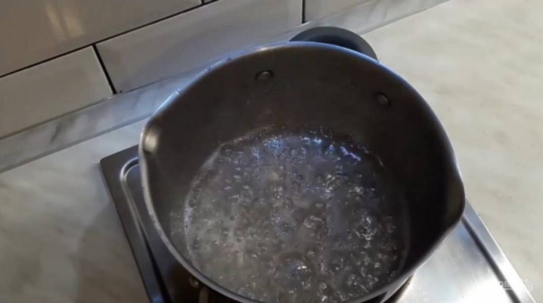 1. В воду добавьте сахар, лимонный сок и доведите до кипения. Добавьте мед и хорошо размешайте.