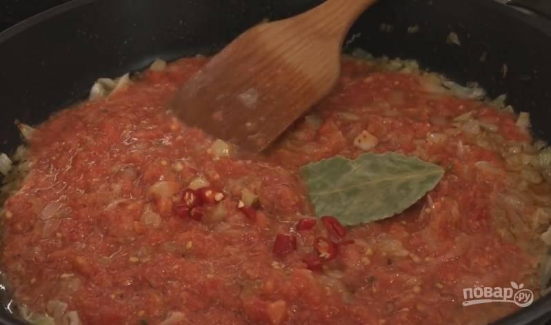 5. 3 ст. ложки жареного лука и перца переложите в отдельную миску. В сковороду, где они готовились, добавьте капусту, а через пару минут — томатную пасту. Также положите лавровый лист и 1 красный перец-огонек.