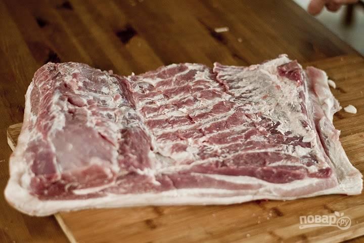 1. Вот наш кусочек свинины. Вымойте его и обсушите. Со стороны шкуры сделайте аккуратные и неглубокие надрезы.