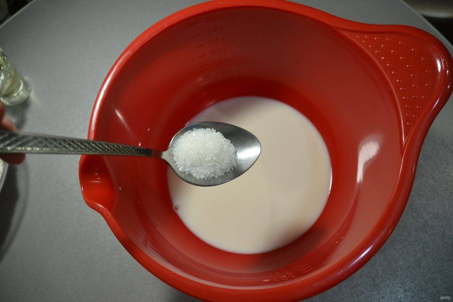 Добавьте соль и ванильный сахар.