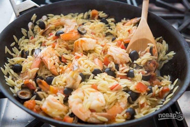 6.Когда макароны будут «аль денте» (почти готовы), добавьте их в сковороду и перемешайте.