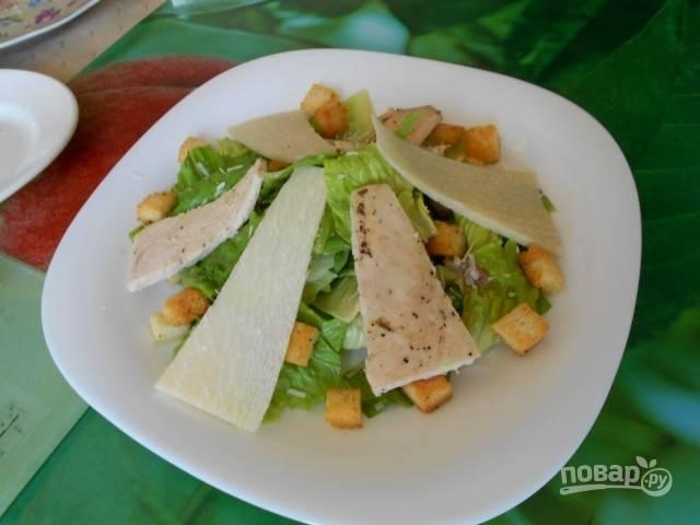 Свежеприготовленным соусом залейте салат и сразу же подавайте к столу. Приятного аппетита!